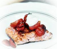 Лосось смажений на грилі з помідорами чері