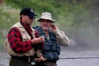Рибалки в рибальських жилетах